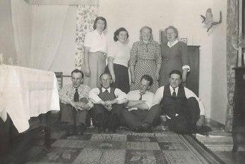 Fest på Hildelund. Främre raden fr v Hugo Vestlund, Henry Håkansson, Sven Vestlund och Ragnar Gustavsson. Bakre raden fr v Ruth Vestlund, Helga Håkansson, Greta Gustavsson och Valborg Vestlund.