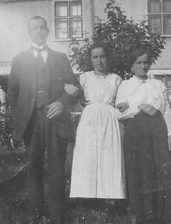 Fr v Edvin Smolman, dottern Ellen och hustrun Sabina. Familjen flyttade till Lundaby 1921 och lämnade gården 1931.