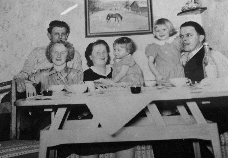 Kaffekalas. Fr v Ragnar och Ellinor Wilke, Olga Hansson med dottern Siv, Artur Hansson med dottern Maud. Bilden från 1953-54