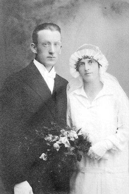 Anders Olsson kom från Skillingmark med sina föräldrar 1916. Han bodde i Brevik fram till sin död  1980. Hustrun Ellen Smolman hade sina rötter i Karlanda.