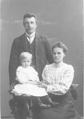 Josef och Hulda Olsson med dottern Astrid. Bilden tagen omkring 1913.