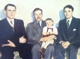 Fyra generationer - I mitten Nils Olsson född 1876, t v Edvin Nilsson född 1900, t h Arvid Nilsson född 1920. Barnet är Arvids son Torbjörn född 1947.