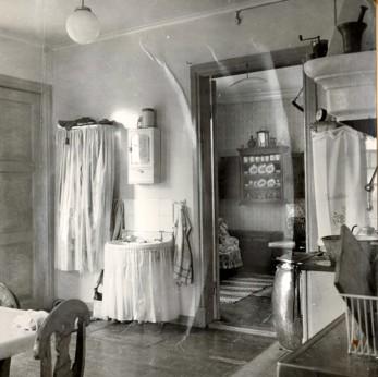 Köket och kammaren i Väststuga. Bilden sannolikt från 1930-talet.