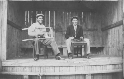 Artur Hansen på Olesberg och hans kusin Ivan Olsson musikanter