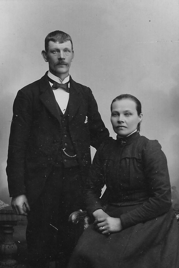 Anders G Pettersson 1865-1946 och Maria Olsson 1859-1941. Bilden kan vara ett bröllopsfoto från 1897.