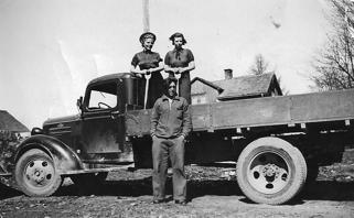 Nils Håkanssons lastbil. Bilden tagen i slutet av 1930-talet, möjligen år 1940. På flaket Elsa Håkansson och Helga Nilsson. Framför dem - Ivar Håkansson.