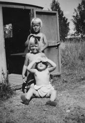 Skolskjutsen har blivit lekstuga i Nystuga. Framifrån Berit, Eivor och Lennart Vestlund. Bilden från 1948.