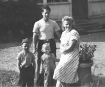 Familjen Hilding och Elsa Axelsson med barnen Erna och Hasse. Bilden från omkring 1952