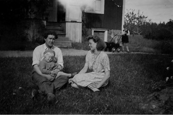 Lars Brandel, Emmy och dottern Anne-Britt. I bakgrunden Gunnar Andersson, systerson till Emmy. Bilden från 1946-47.