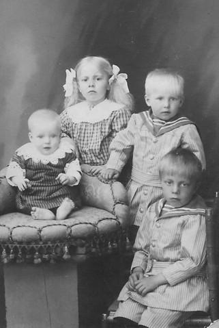 Syskonen Håkansson 1919. Fr v Karl f 1918, Ellen f 1915, Henry f 1917 och Erik f 1913. Bilden tagen av Amelie Rydberg Arvika.
