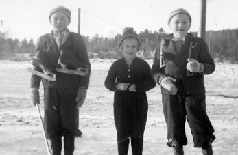 Bröderna Thorbjörn och Mats Adolfson  Norstuga omger grannflickan Siv Hansson från Olesberg. Bilden från 1956-57.