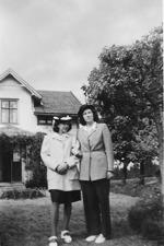Svea Smolman -t h tillsammans med sin syster Maja vid barndomshemmet Skogslund