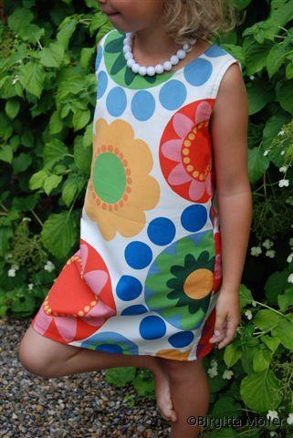 Barn_blommig_klänning_framifrån