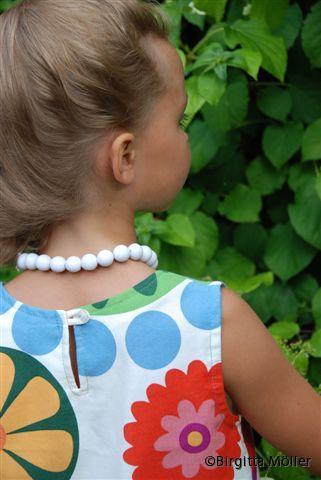 Barn-blommig-klänning-bak