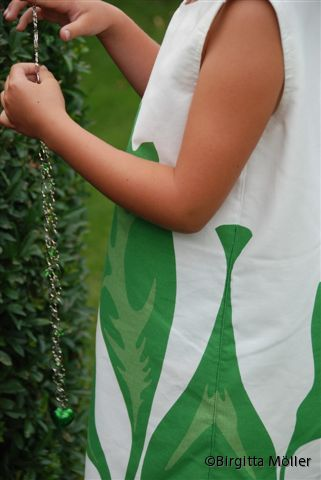 Barn_Grönvit klänning_sidan