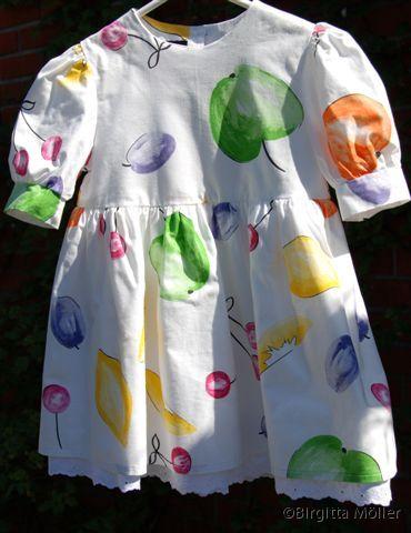 Flickklänning_frukter_framifrån