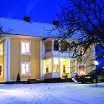 """Minnen från mitt liv på vackra herrgården Stensgård i norra Värmland. Där jag startade mitt första konstgalleri - Heilings Konsthörna. Läs gärna boken """"Visst spökar det på Stensgård""""!"""