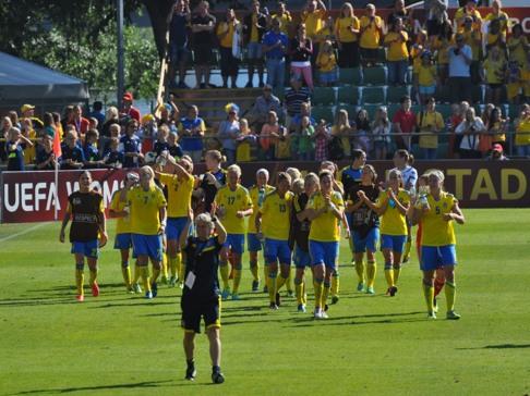 Pia och fotbollslaget tackrunda till publiken efter matchen på Örjans Vall i Halmstad