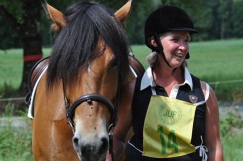 Lena Casselbrant placerade sig som bästa nordsvenska ekipage i bruksridning och motta pris från Föreningen Nordsvenska Hästen.