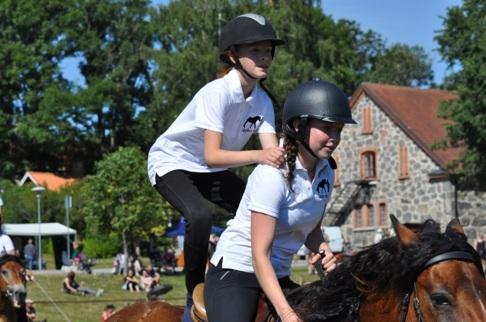Titta vad jag kan! Här får tjejerna visa hur mycket de lärt sig. Lagbo Stall,  vilket lag  där man får både lära sig köra och rida, ridskolan drivs av Titti Lindbom..