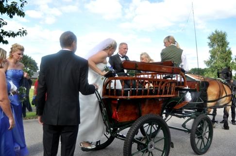 Brudparet och deras dotter Cornelia, brudtärnor och bestman åkte med i vagnen.