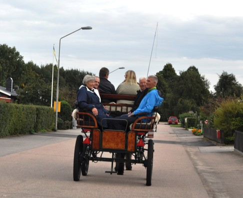 Häst och vagnsturen blev en mycket positiv upplevelse. Turen gick i en 8 i bostadsområdet med tanke på deras 58-åriga bröllopsdag!
