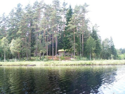 Stugan ligger naturskönt vid sjön.