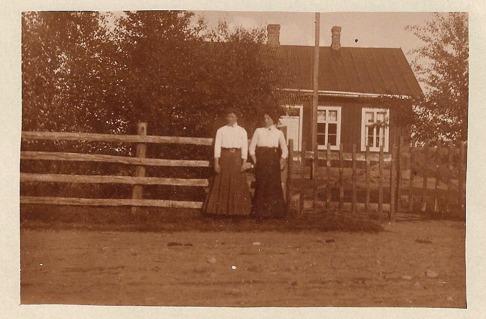 Fredrika och Ellen utanför Skallinge skola
