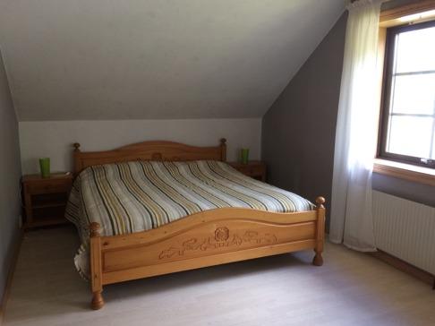 Jag ångrade mig och bytte sängöverkast i Ture Anderssons familjerum. Här är tanken att familjer ska få plats med spjälsäng, en 90 säng till om man vill. Kommer att placera den i garderoben  så kan ta