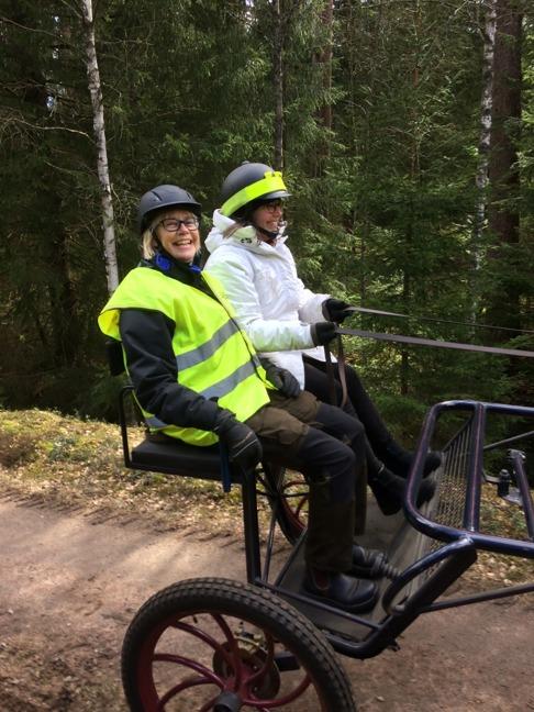 Det är roligt att köra häst tycker både Ylva och Annika!
