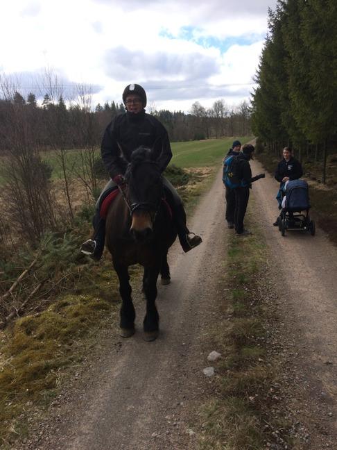 Åsa och Vilja är duktiga när det gäller ridning. Anna kör barnvagn med 5 månadersdottern Klara