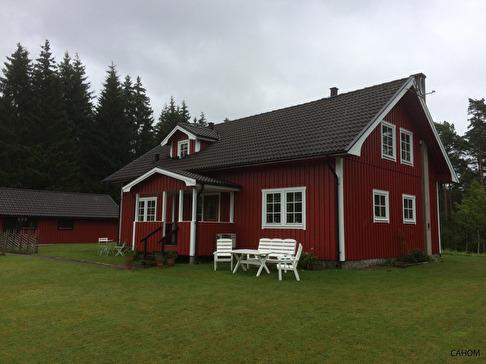 Skolan ommålad sommaren 2017  i ursprungsfärgerna rött och vitt!  Skallinge skola används  främst som samlingslokal för Grön Rehabilitering.