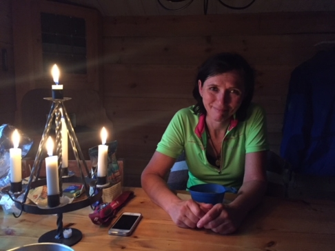 Så skönt att få vila ut i stugan efter en dag på cykeln, varmt  och mysigt med levande ljus och värmen från vedspisen.