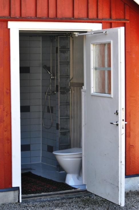 På Skallinge Gård finns faciliteter som tvättmaskin, toalett, dusch och eluttag.