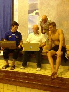 NEC-gänget sitter och analyserar 100m fritt.