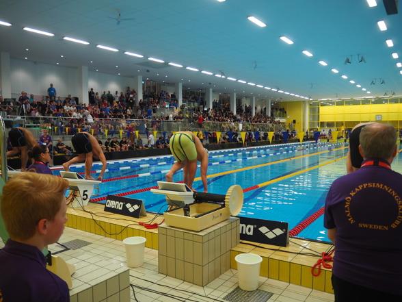 Nya Hylliebadet i Malmö med läktarkapacitet för 500-600 personer. Inte helt bra men fungerar för den här typen av tävlingar. Varmt och gott var den allmänna meningen om simhallen.