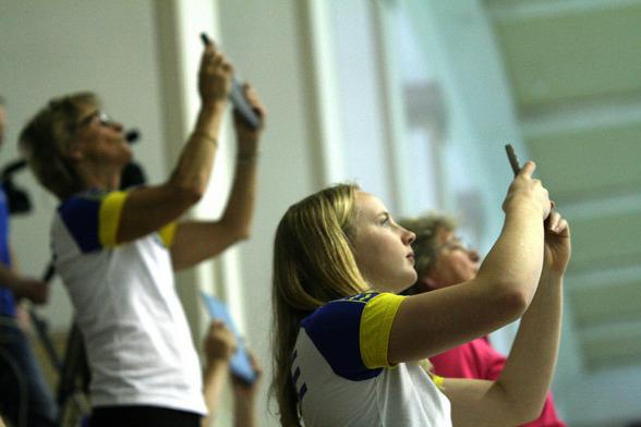 Den svenska klacken håller andan under tävlingarna på 10m. Foto: Maik Steinhagen