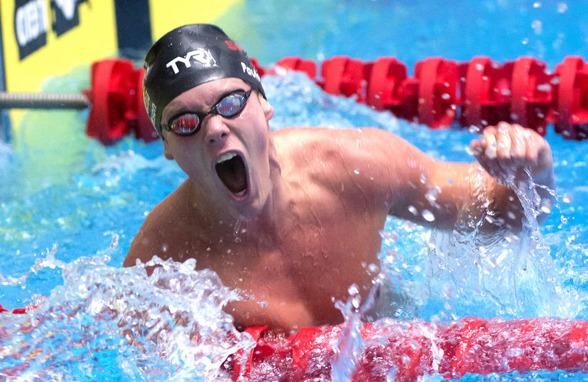 Adam Paulsson jublar efter att ha klarat EM-kvalet på 1500m fritt