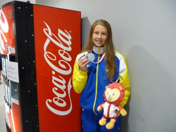 Coca Cola - sponsor till Svenska Simförbundet gratulerar Sophie Hansson till silvret på 50m bröstsim.