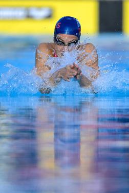 Joline Höstman i stilstudie under 200m bröstsim.