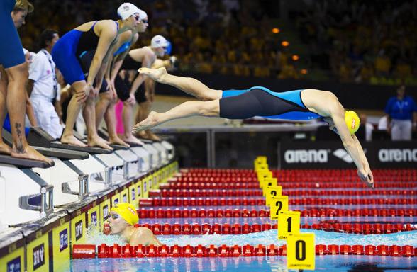 Stina Gardell störtar i vattnet efter att Sarah Sjösström simmat tredje sträckan.