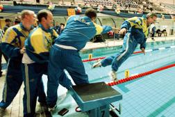 Förbundskaptenen Hans Chrunak åker i vattnet efter en seger.