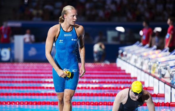 Sarah Sjöström och Cate Campbell lämnar vattnet efter att svenskan vunnit semifinalen och slagit svenskt rekord på 100m fritt