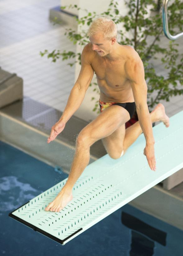 Jesper Tolvers med tungan rätt i munnen under sommar SM i simhopp 2014 där han slutade som silvermedaljör på 1m