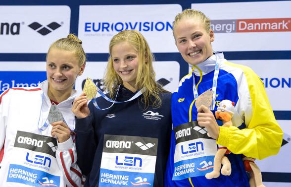 Aleksandra Urbanczyk, Polen, Simona Baumrtova, Tjeckien, och Michelle Coleman, Sverige, med sina medaljer på 50m ryggsim