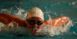 Elin POdeus vann i Jönköping och är snabbast i landet på 200m fjärilsim
