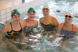 Fyra glada tjejer från Upsala Sim och Harnäs-Skutskär simsällskap laddar i avbadningsbassängen på Kristiansborgsbadet.