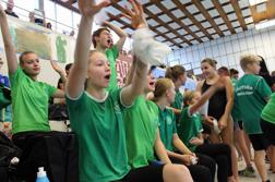 I Västerås så hejar hemmagänget på Andrea Persson som simmar 200 frisim
