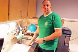 Många bäckar små! I Västerås har många föräldrar slutit upp som fuktionärer, bland annat Peter von Gheer som lördag eftermiddag hade kökstjänsten.