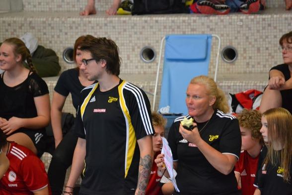 Anna Rodengren, coach i Elfsborg kan både knäppa tider, äta äpple och skriva antcekningar samtidigt. Högt fokus!